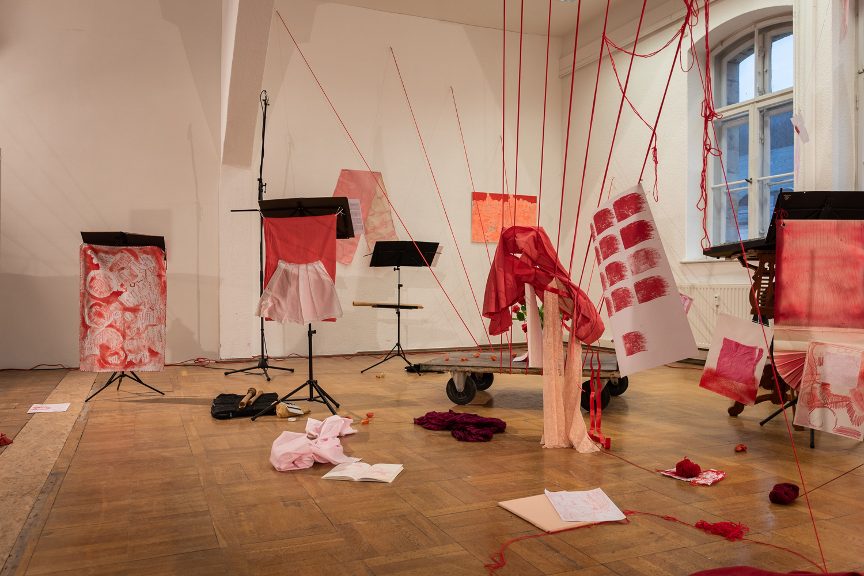 Karin Koppka Musch Farbe Rot Installation Detail